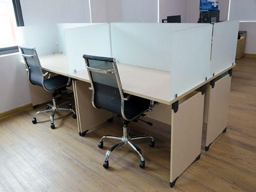 Hình minh họa: Mẫu bàn kính đẹp văn phòng cho nhân viên làm việc